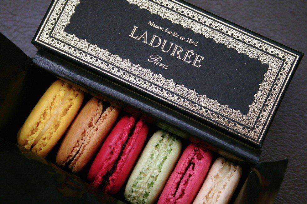 Piccoli scrigni chic e preziosi: sono le confezioni di macaron Ladurée